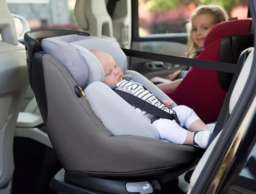 Jusqu'à quel âge un enfant peut aller dans un réhausseur siège auto?